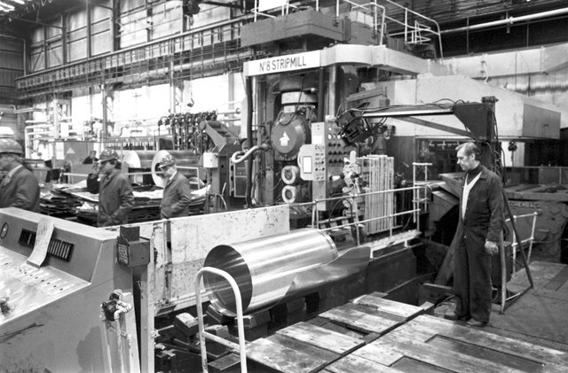 Men working in the British Alcan aluminium coil and sheet factory in Falkirk, March 1985. Picture shows the No 8 stripmill.